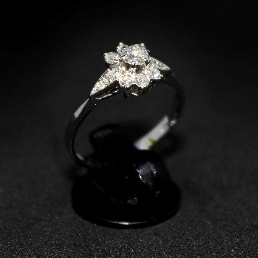 Anello con fiore di diamanti